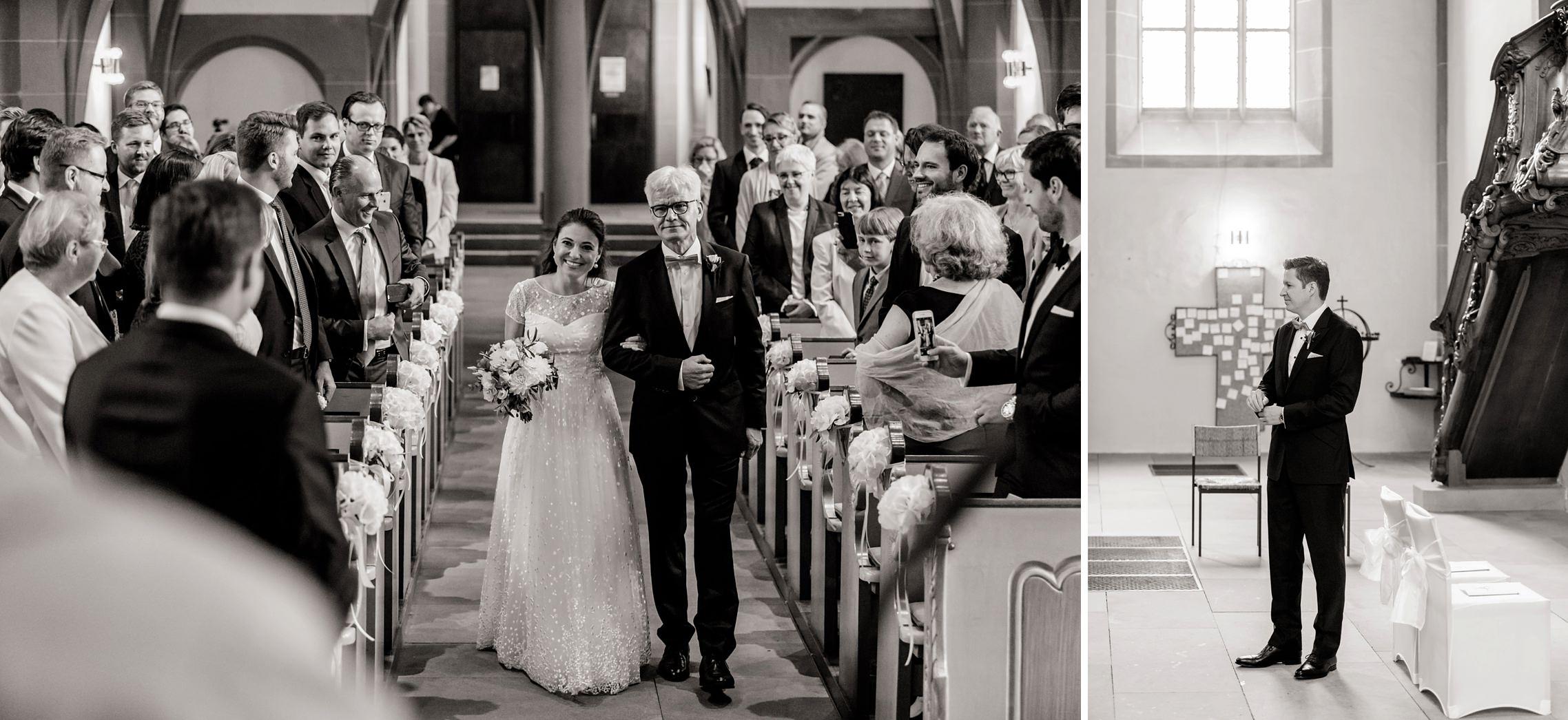 Der Brautvater führt seine Tochter zum Altar, während der Bräutigam schon vorne in der Schlosskirche in Meisenheim wartet.