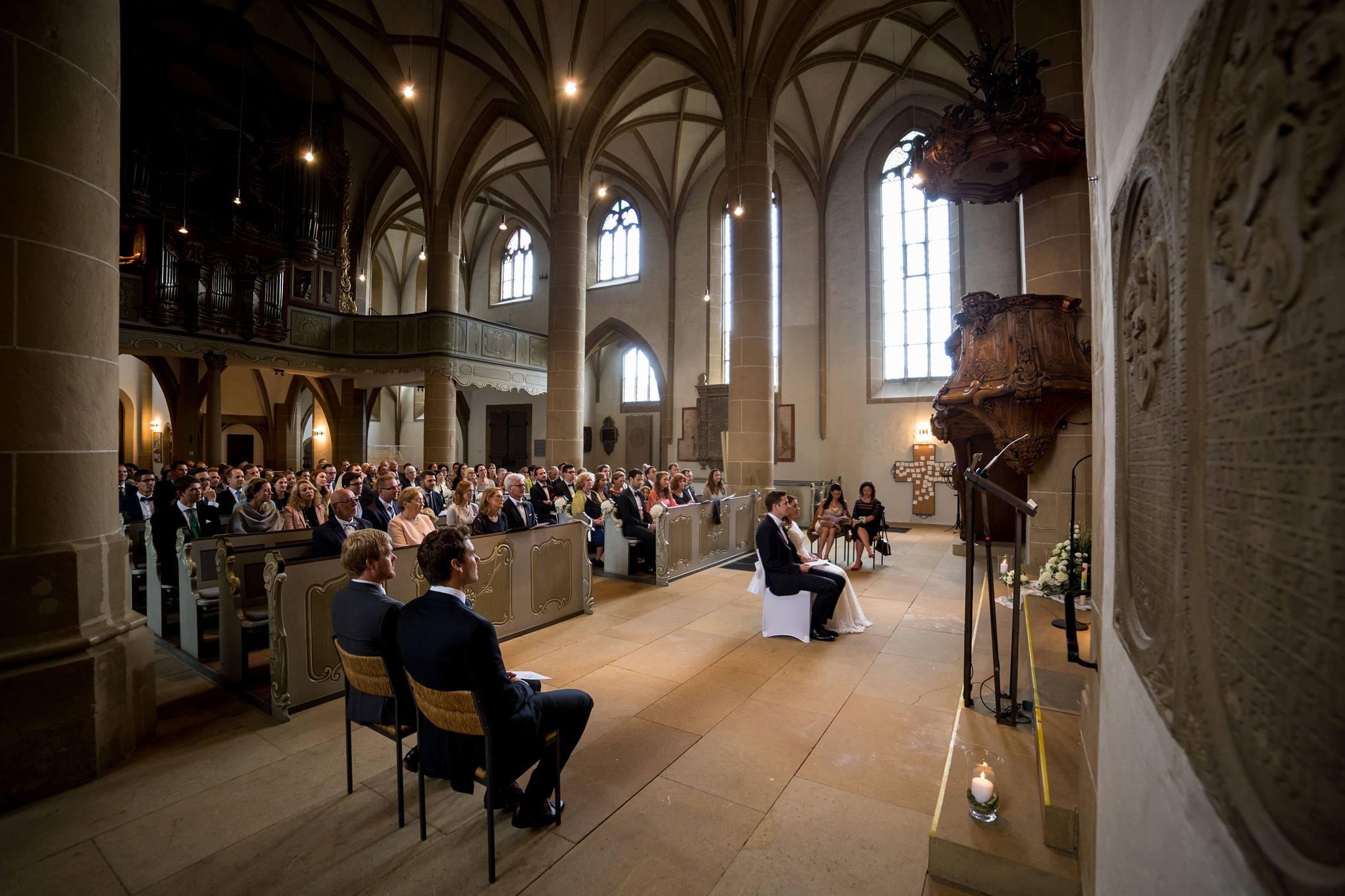 Blick in die gut gefüllte Schlosskirche in Meisenheim während eines Traugottesdienstes.