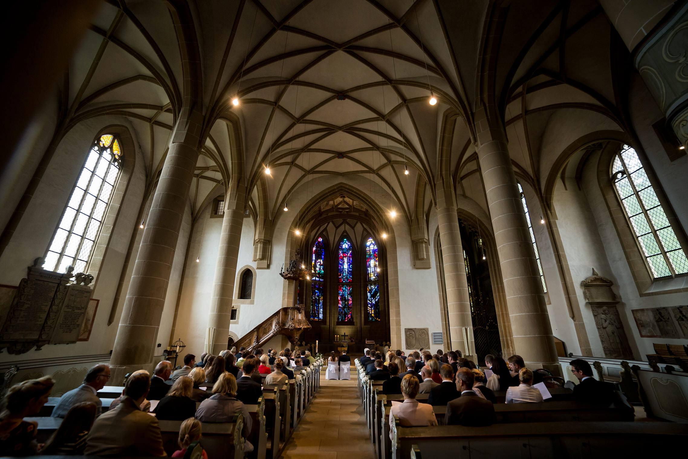 Weitwinkelaufnahme aus dem Innenraum der Schlosskirche in Meisenheim.