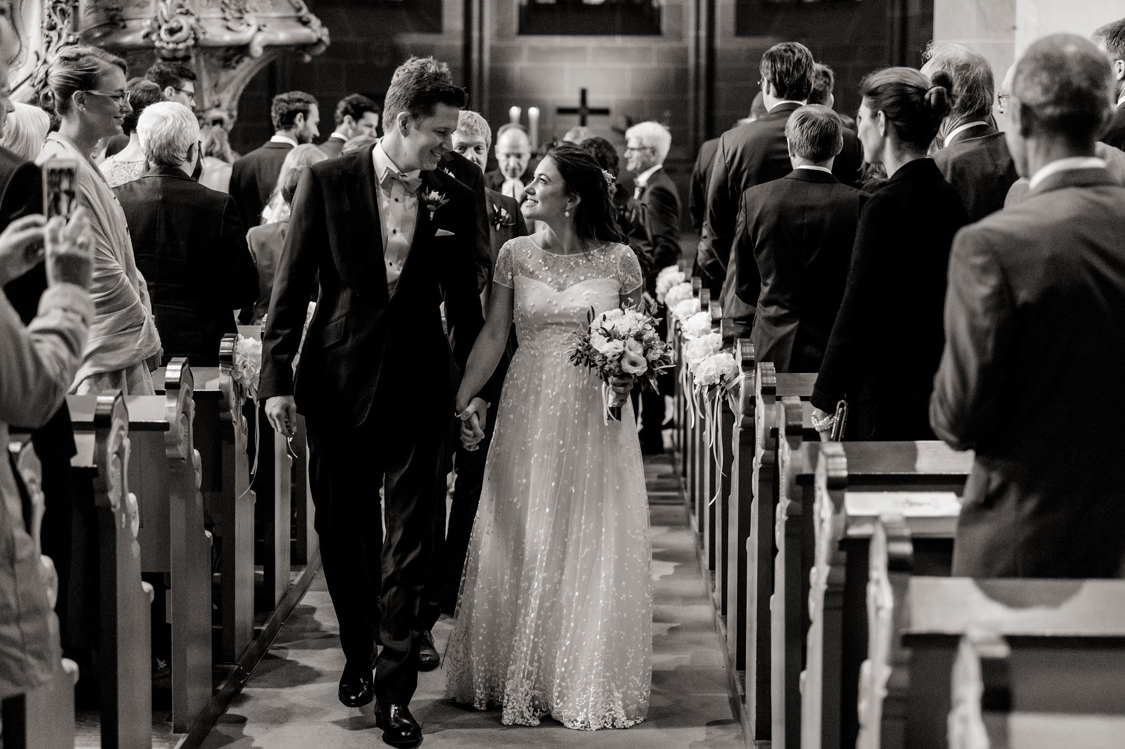 Das frisch getraute Hochzeitspaar zieht aus der Schlosskirche in Meisenheim aus.