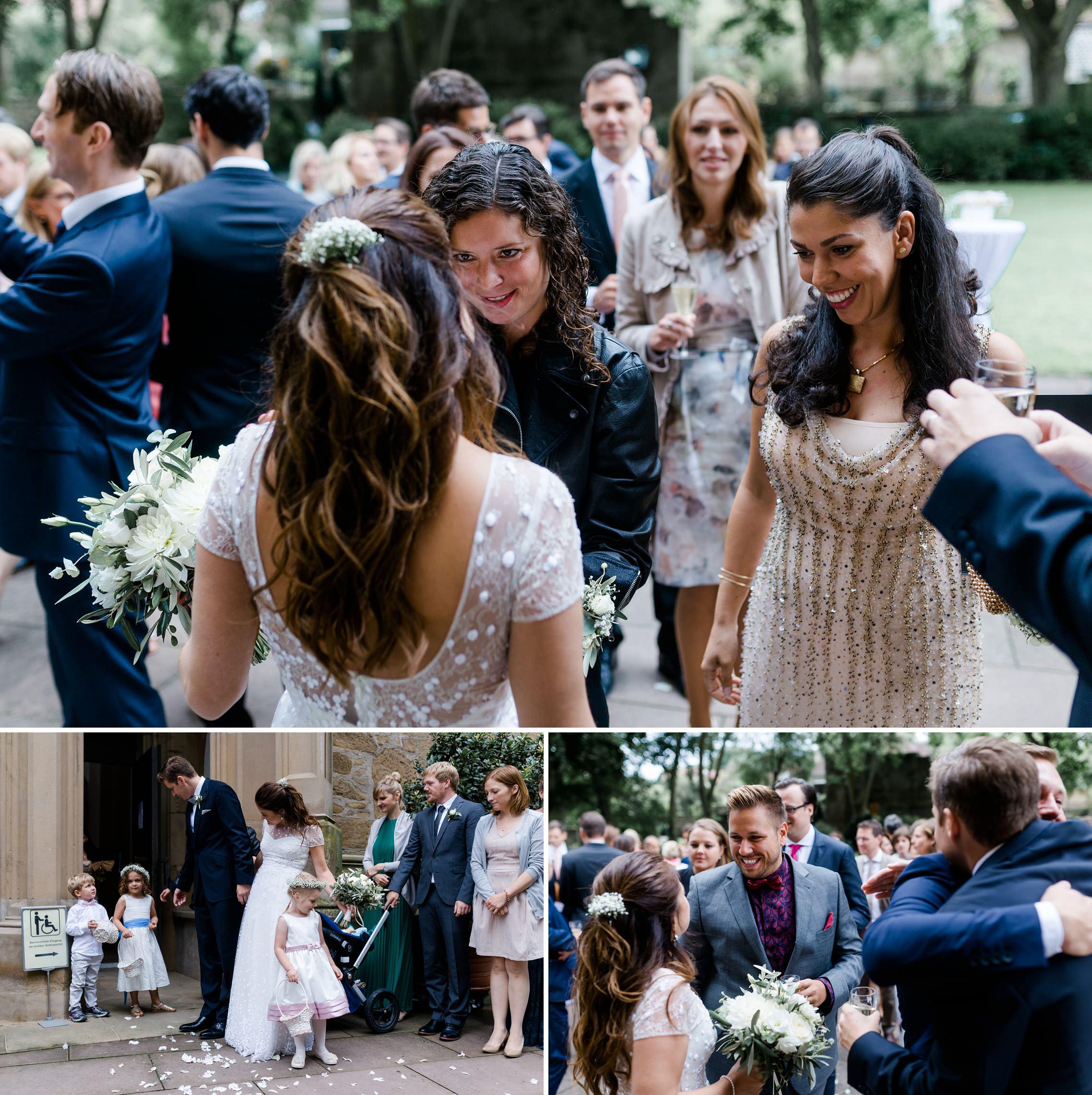 Die Gäste gratulieren dem frisch getrauten Hochzeitspaar vor der Schlosskirche in Meisenheim.