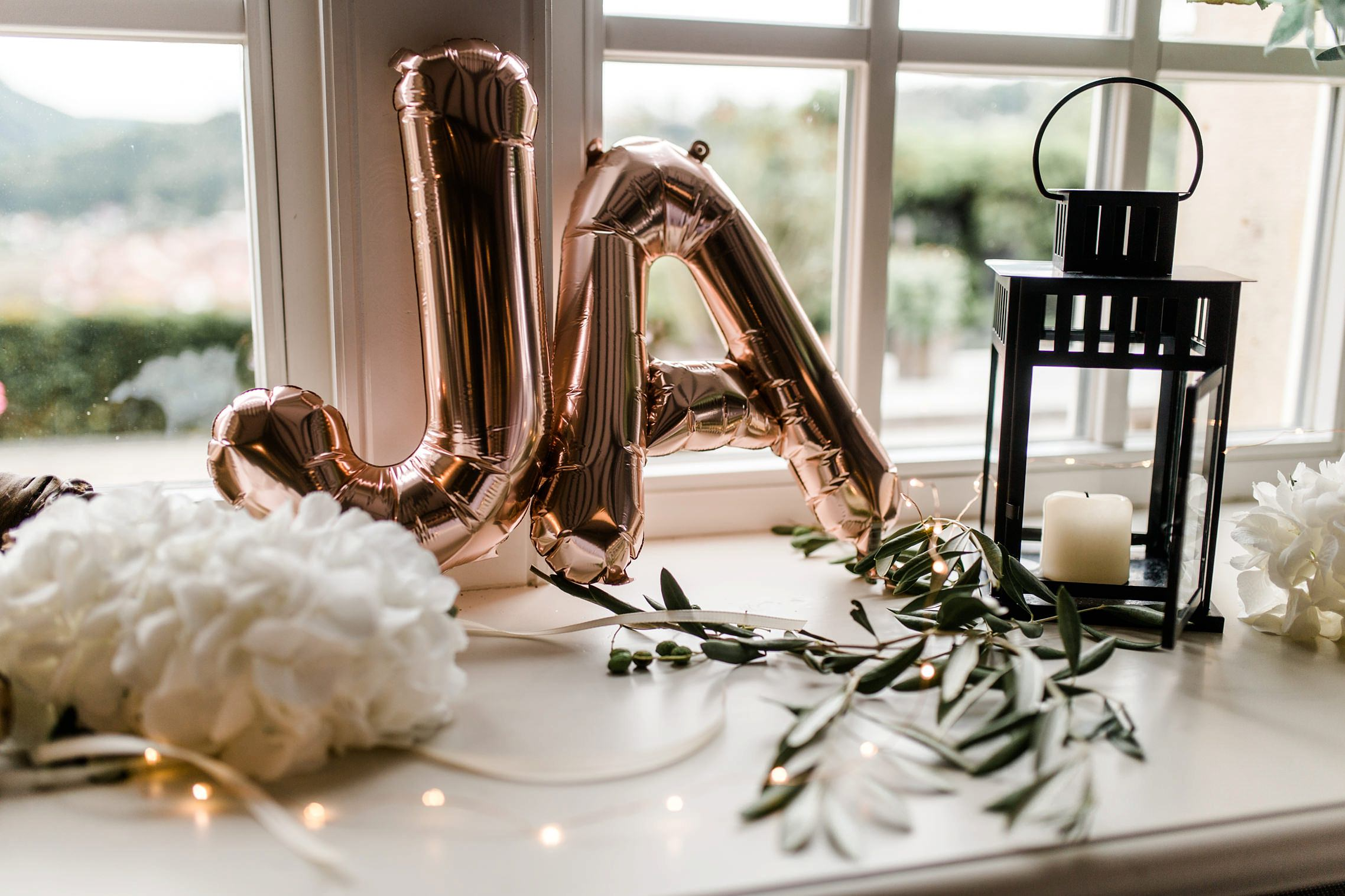 Ja - die Initialien des Hochzeitspaares als Luftballons in Kupferfarbe.