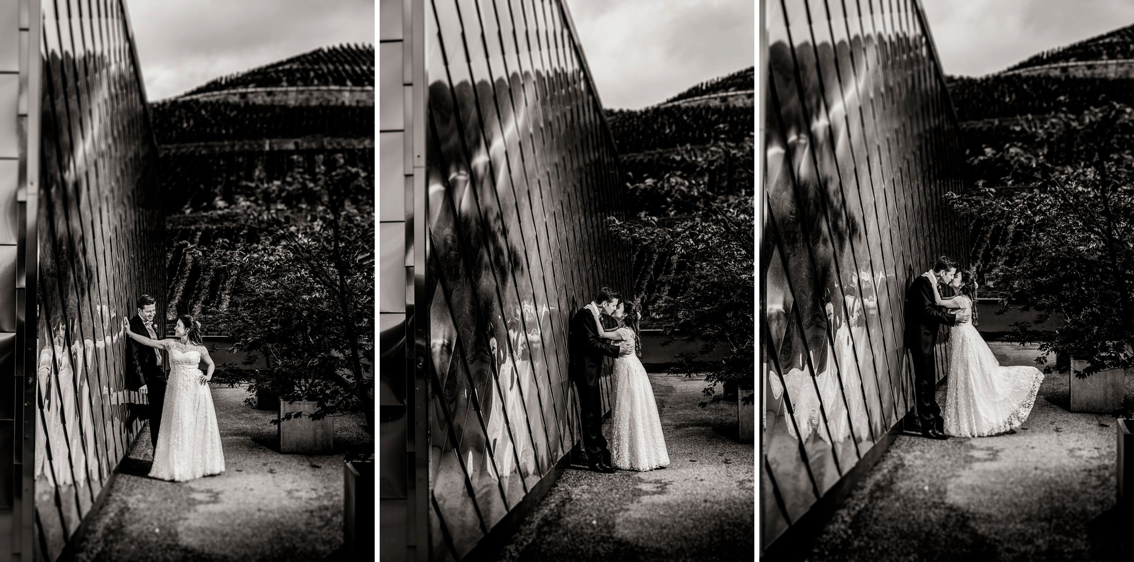 Romantische SW-Bildfolge des Hochzeitspaares, welches sich an eine Wand aus Kupfer lehnt.