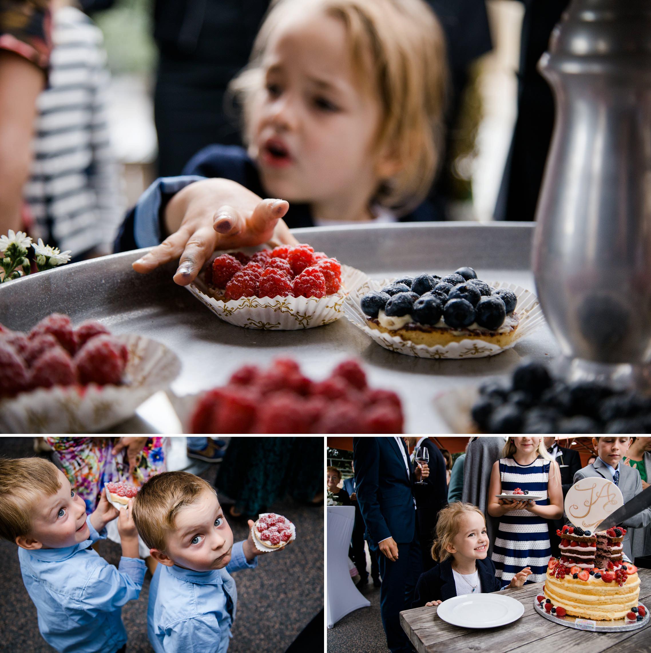Kinder genießen die vielen leckeren Kuchenstückchen auf einer Hochzeit auf dem Gut Hermannsberg.
