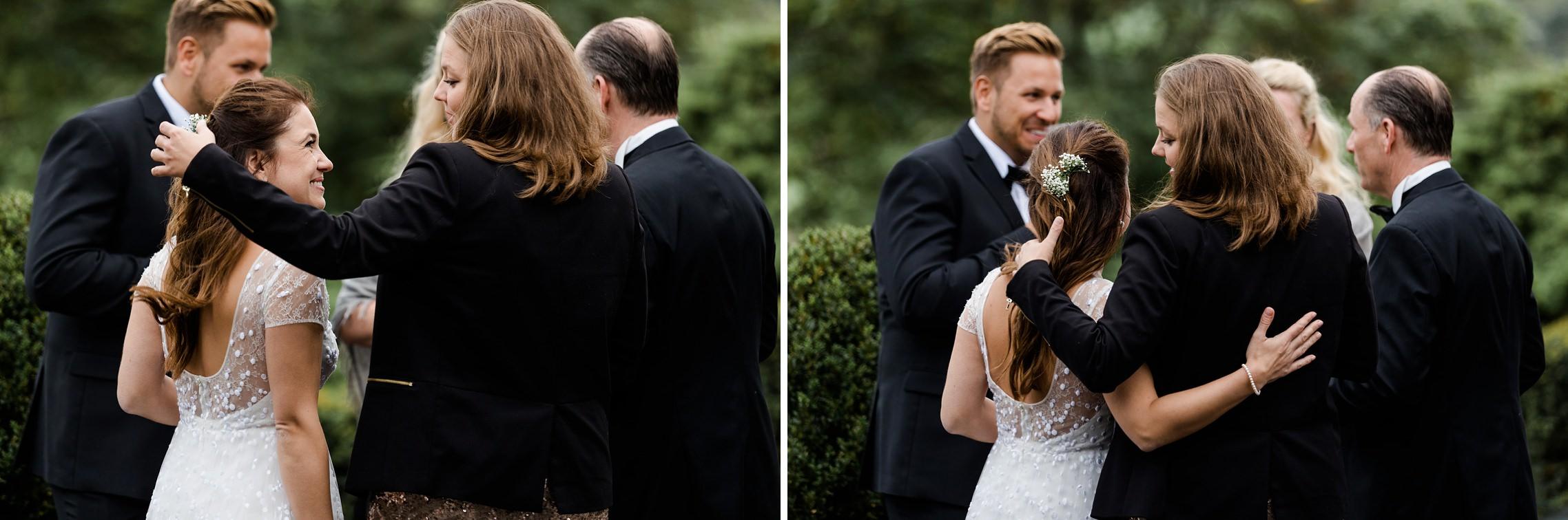 Die Braut wird herzlich von einer Freundin umarmt.