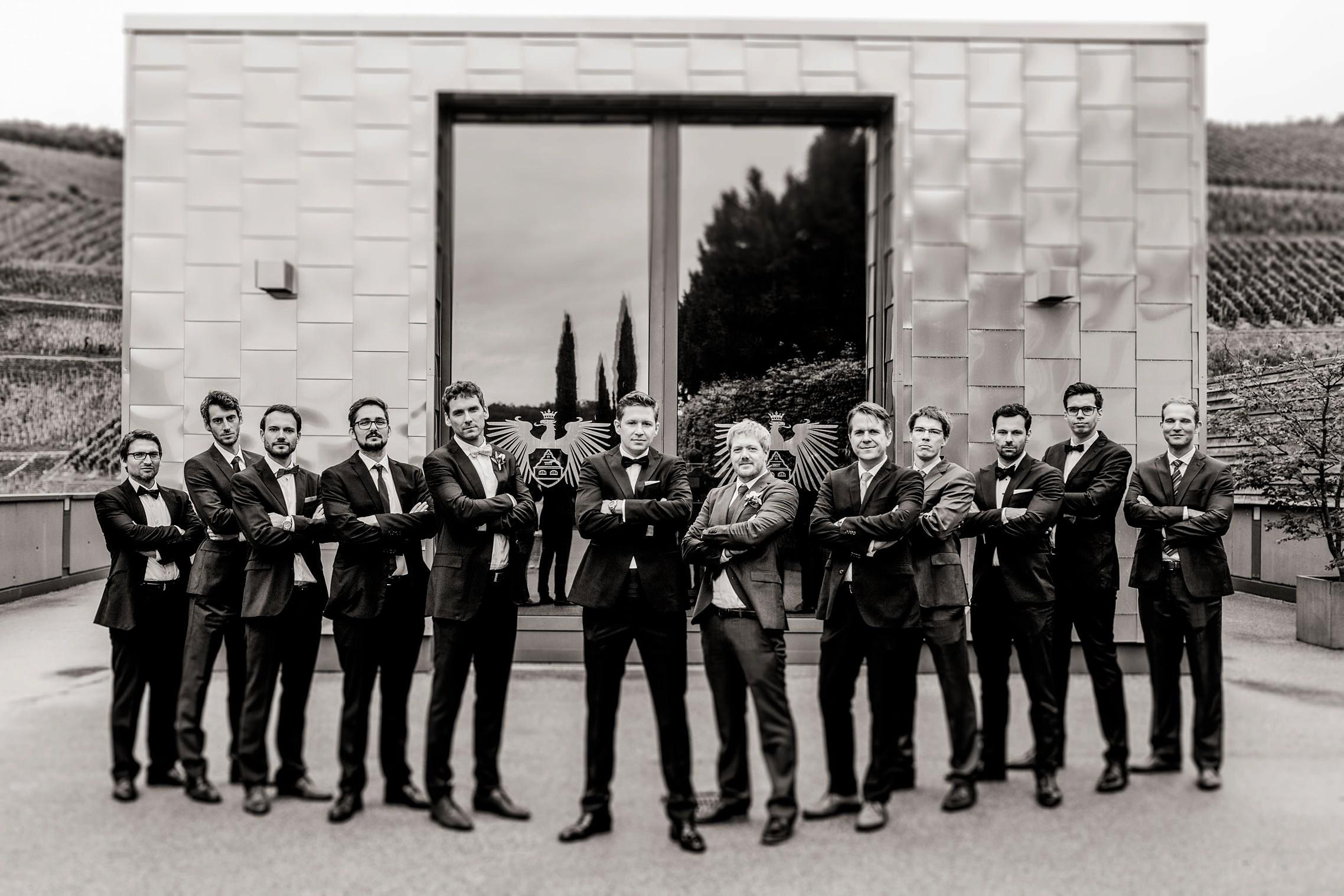 Der Bräutigam posiert cool mit seinen Jungs auf Gut Hermannsberg.