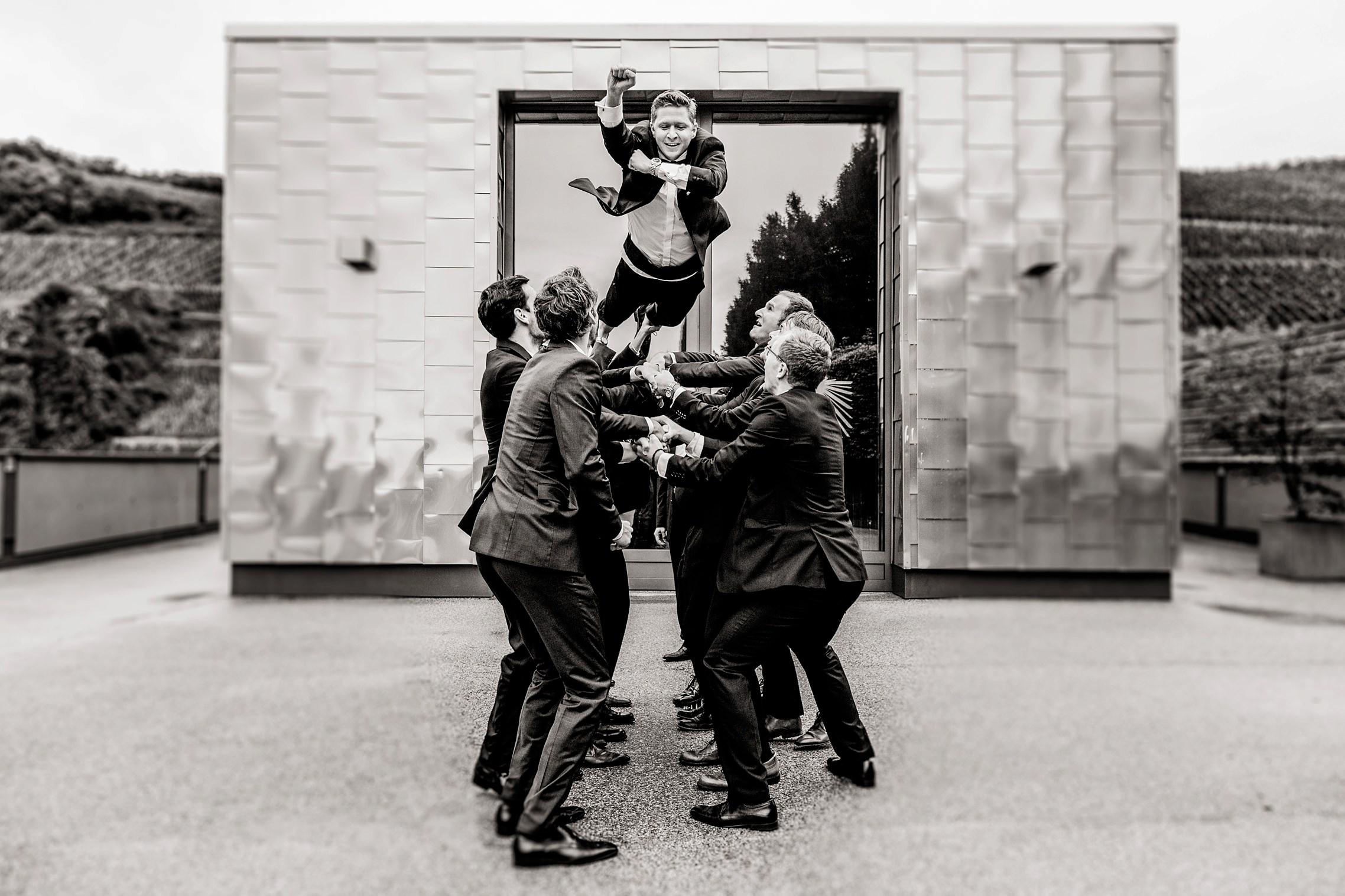 Bräutigam-Superman - die Jungs lassen den Mann des Tages fliegen!