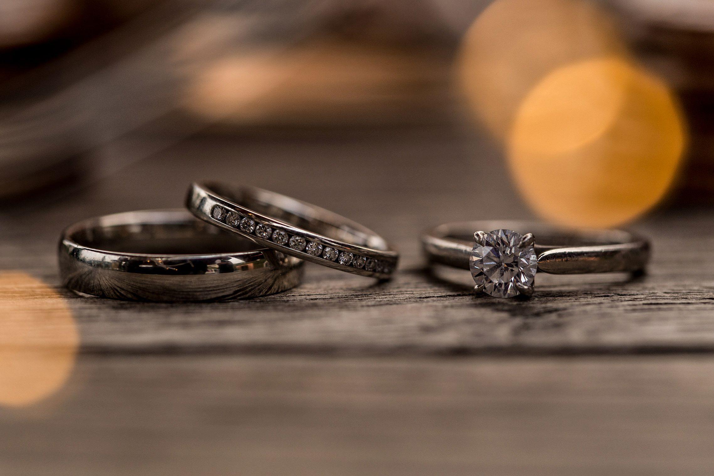 Die Hochzeitsringe und der Verlobungsring der Braut in einer schönen Makroaufnahme.
