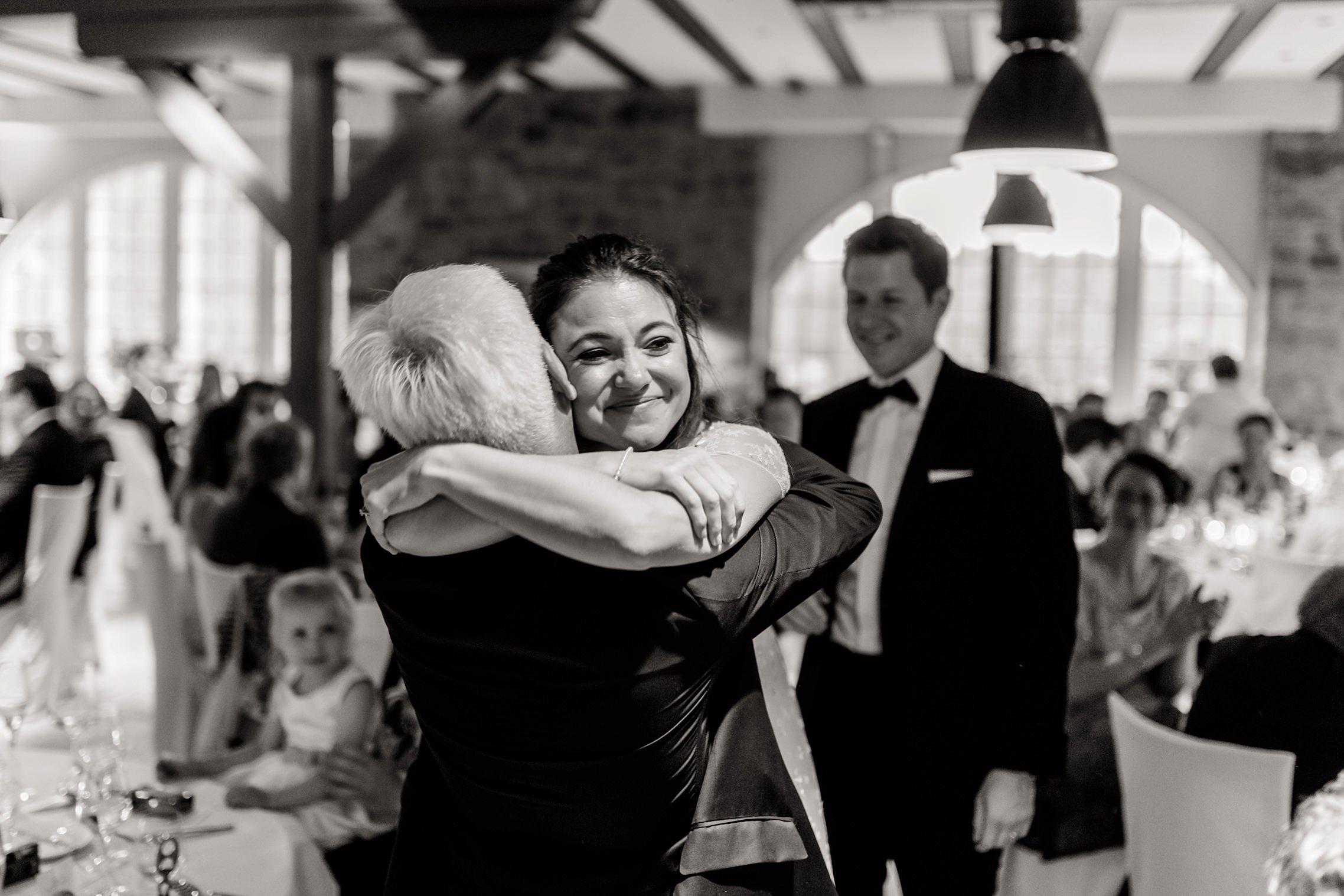 Die Braut bedankt sich bei ihrem Vater für die bewegende Rede.