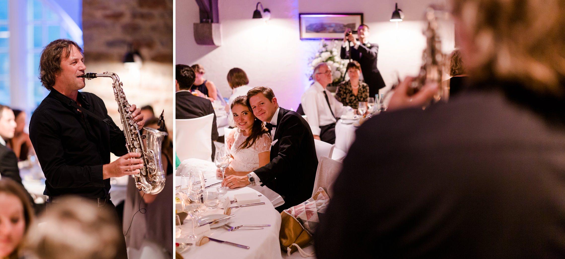 Ein Saxophon-Spieler sorgt für die richtige Stimmung auf der Hochzeit auf Gut Hermannsberg.