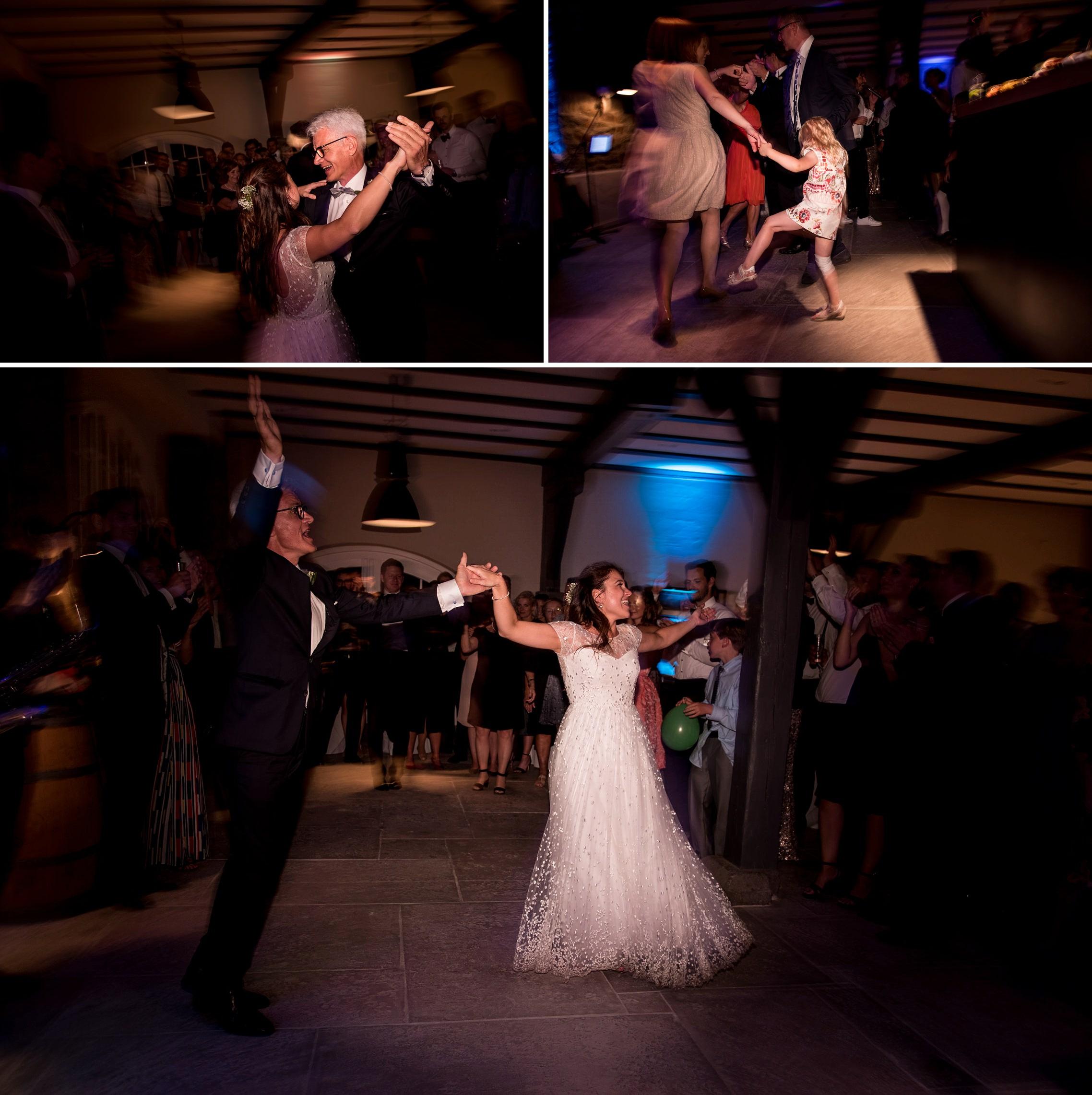 Der Brautvater tanzt mit seiner Tochter.