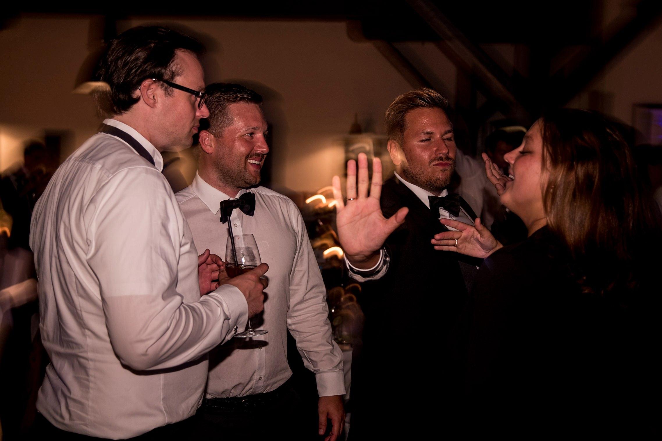 Die Gäste amüsieren sich auf der Tanzfläche im Gut Hermannsberg auf einer Hochzeitsfeier.