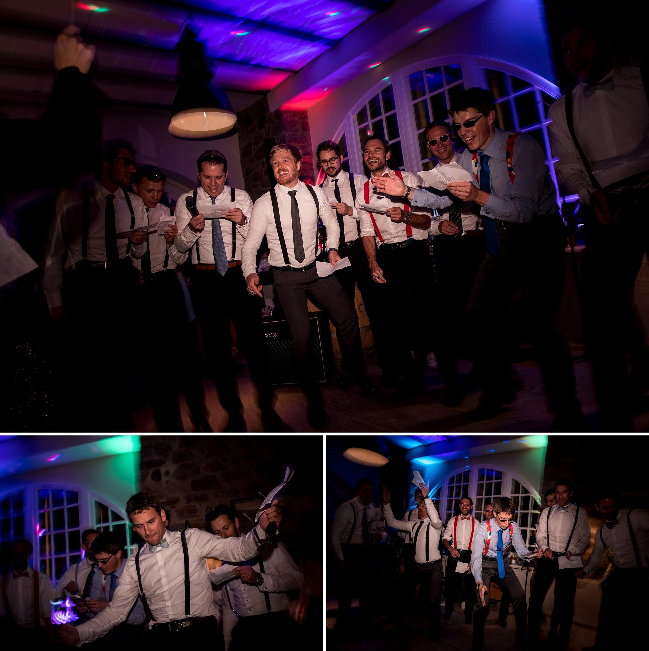 Die Jungs tragen ein selbstkomponiertes Stück auf der Hochzeitsfeier vor.