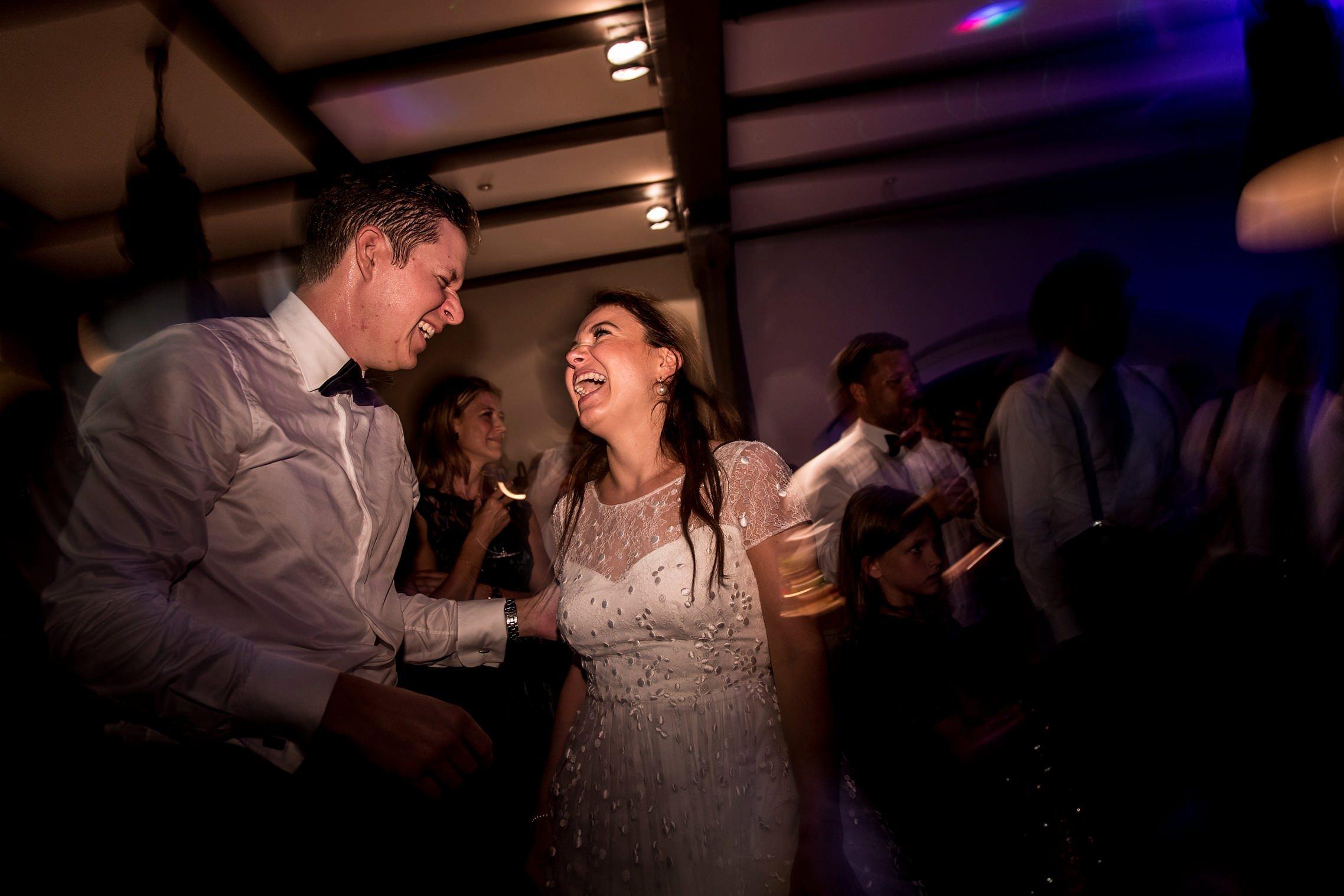 Das Brautpaar hat an diesem Abend richtig Spaß auf dem Gut Hermannsberg.