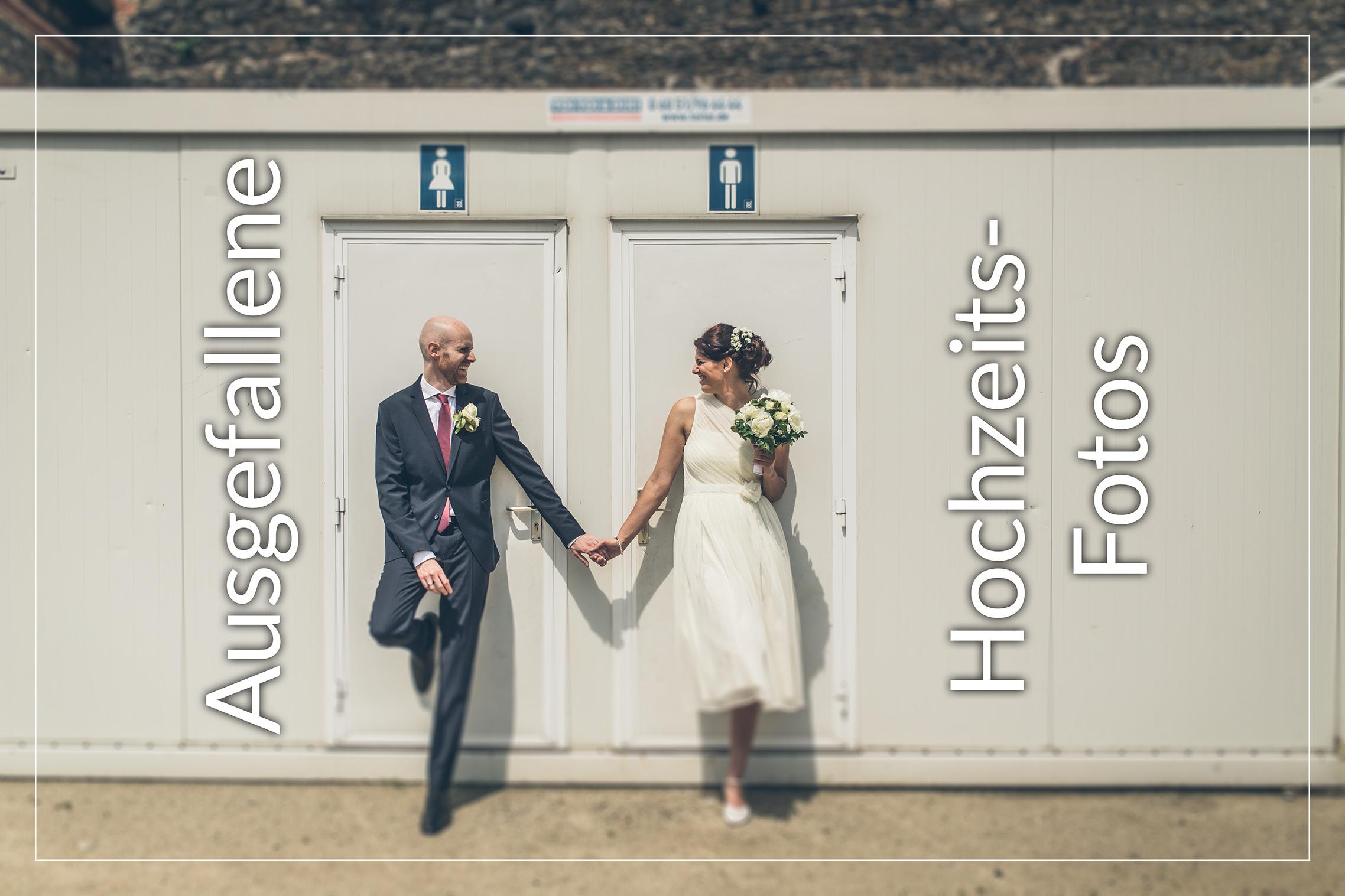 Hochzeitspaar steht vor Toilettenhäuschen