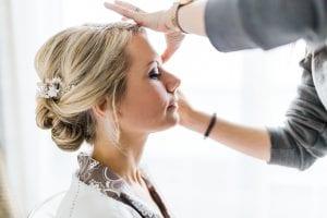 Hochzeitsfotos: Braut wird beim Getting Ready geschminkt