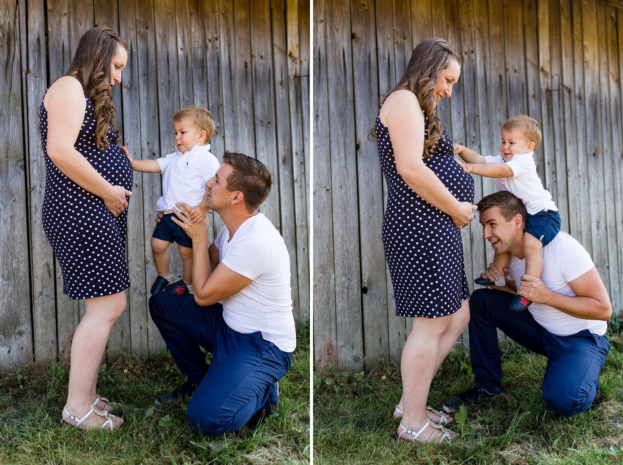 Kleinkind bewundert Schwangerschafts-Bauch seiner Mutter