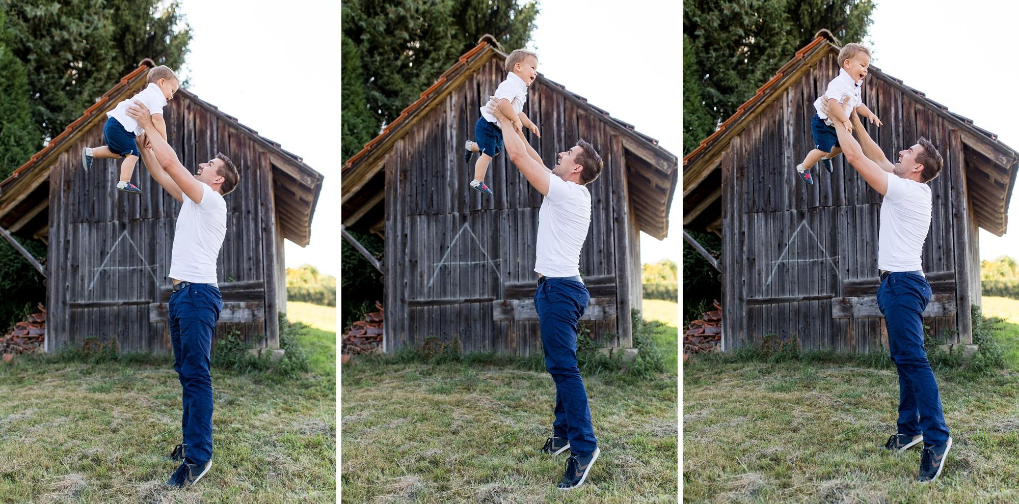 Papa lässt seinen kleinen Sohn hoch fliegen.