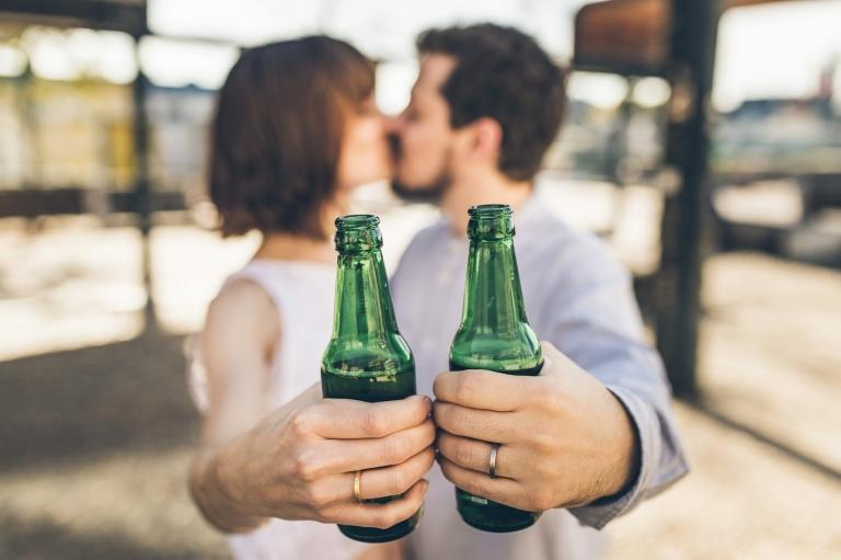 Braut und Bräutigam stossen mit Bier an.