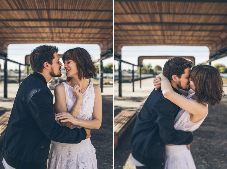 Braut und Bräutigam flirten im Jungbusch Mannheim unter einem Holzdach