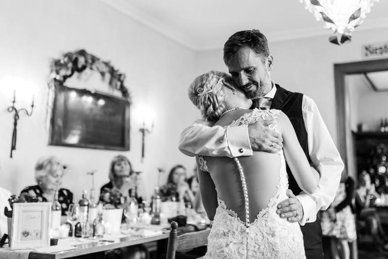 Emotionales Tanzbild des Hochzeitspaares
