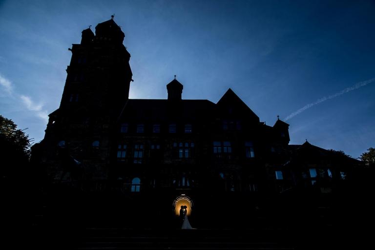 Brautpaar als Silhouette vor dem Schloss Waldthausen
