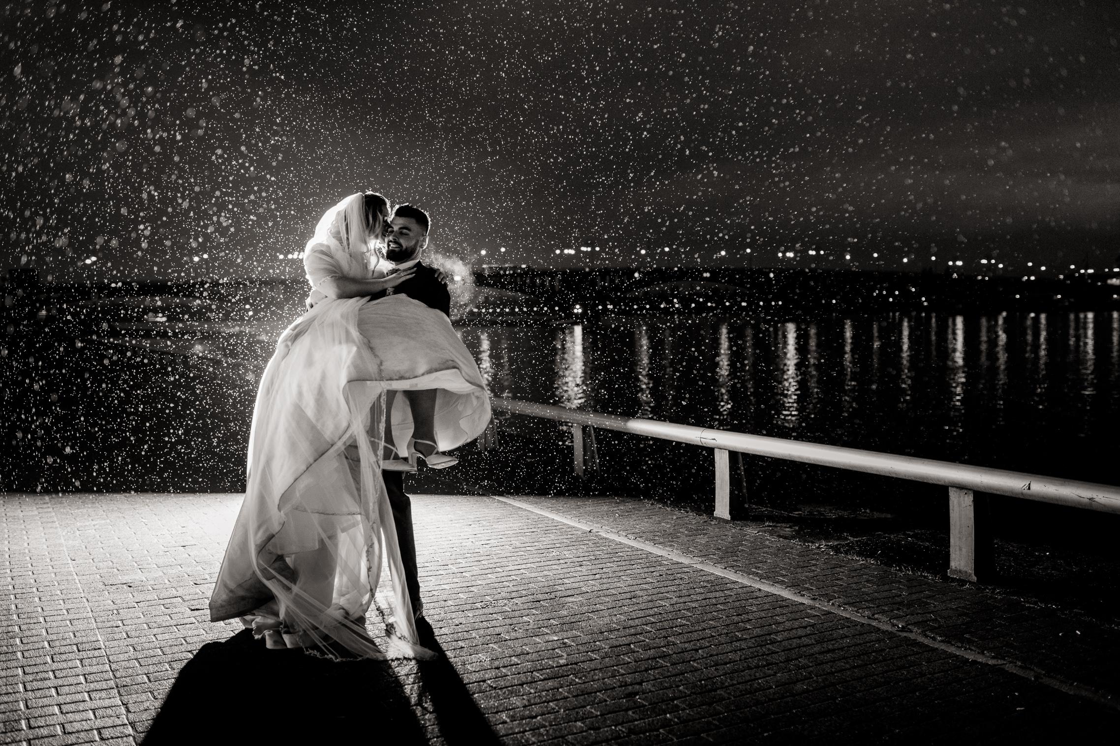 Spektakuläres Hochzeitsfoto im Regen am Rhein in Mainz