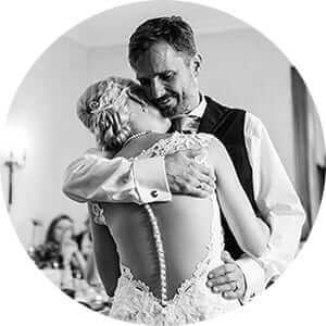 Natürliche Hochzeitsfotos vom Hochzeitstanz in schwarzweiss