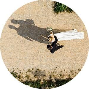 Drohnen-Foto von Hochzeitspaar von Hochzeitsfotograf Jan Hillnhütter