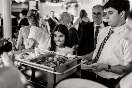 Mädchen am Hochzeitsbuffet hat Hunger