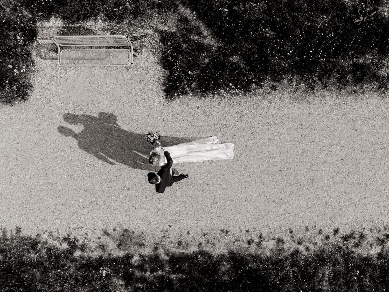 Drohnenfoto bei Hochzeitsreportage mit Braut und Bräutigam in schwarzweiss
