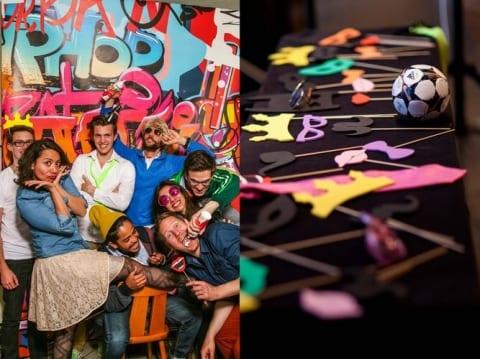 Fotobox-Bild mit Graffiti-Hintergrund und Photobooth-Accessoires